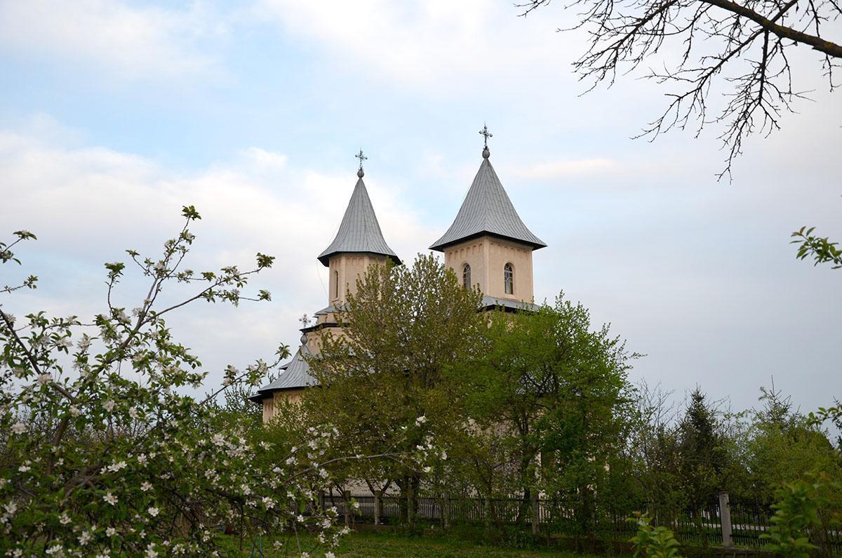 Biserica - vedere exterioară